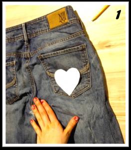 Pre-coupez 2 cœurs de carton. Disposez-les sur le jeans et tracez-les. Pour la fabrication de ce marque-page on va utiliser que les poches